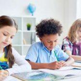 Photo de trois enfants travaillant dans une classe
