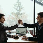 deux hommes d'affaires célébrant un deal
