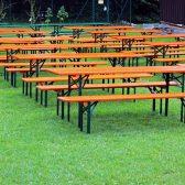 ensemble de tables et bancs dans l'herbe