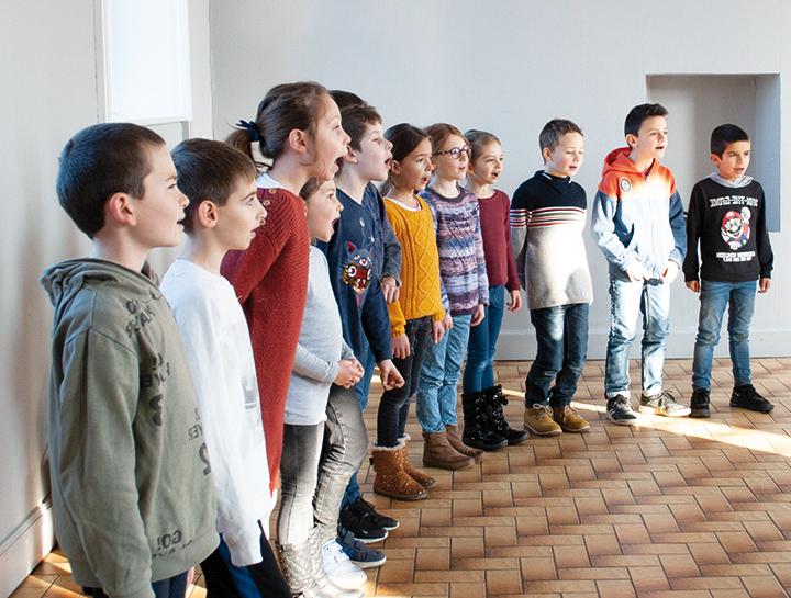 Groupe d'enfants chantant debout