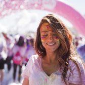 Jeune femme avec peinture sur le visage