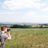 homme photographiant un paysage