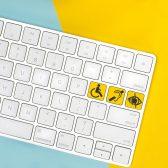 Clavier d'ordinateur avec logos handicap sur touches